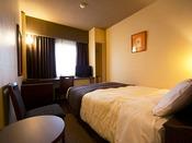 ■デラックスシングルルーム:約13平米に幅145センチメートルのダブルベッドを備えているお部屋です。