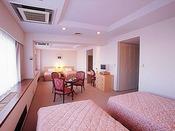 ■ファミリールーム:広さ約55平米に幅120センチの正ベッド4台がある、館内で最も広いお部屋です。