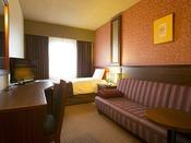 ■ソファー付シングルルーム:約15平米にベッド幅100センチ、ゆったりソファーが付いたお部屋です。