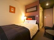 ■ダブルルーム:約13平米に幅145センチメートルのゆったりとしたダブルベッドを配置したお部屋です。