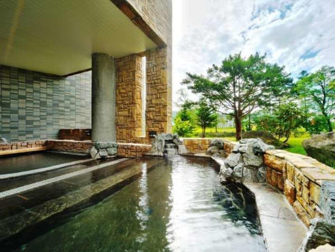 源泉かけ流し100%の「美白の湯」。リニューアルしたお風呂は開放的で自然を近くに楽しむことができます