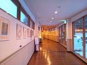 *【廊下ギャラリー】大浴場へ繋がる連絡通路は目にも楽しい絵画のオークションギャラリー。