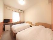 【洋室ツイン】すっきりとした明るいお部屋です。ベッドでゆっくりお寛ぎいただけます