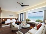 プライベート感のあるビーチが目の前に広がる55平米の客室は、デイベッドとオープンエアバルコニー付き。