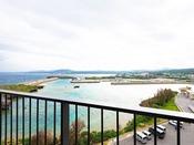 瀬良垣漁港や名護湾沿岸、恩納岳の美しい稜線を臨むオープンエアバルコニー付き