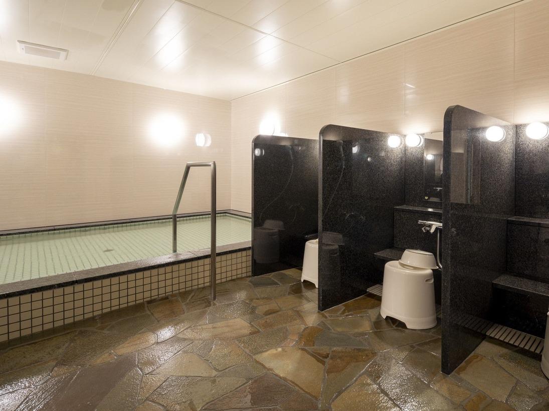 男性大浴場人工温泉で旅の疲れをリフレッシュ。