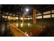 湯殿(浴場)の床には天然鉄平石を使用。壁には漆喰。天然素材にこだわった浴槽です。
