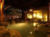 【大浴場/露天風呂】にごり湯の「わたの湯源泉」は当館含め6軒ほどでしかご入浴いただけない希少な湯