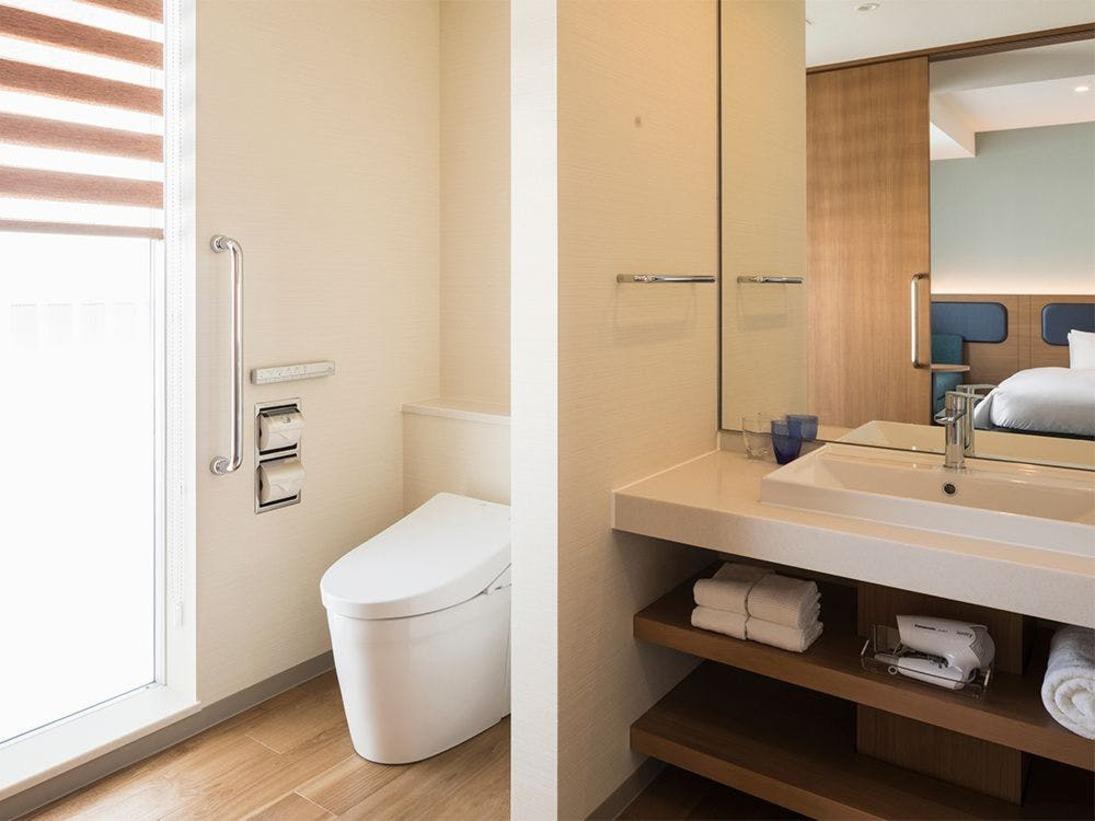 【風呂】デラックスツイン/洗面台やトイレへには段差もなくご利用いただきやすくなっております。