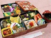 お食事は朝夕ともに【お部屋】でお召し上がりいただける、【あわび付の重箱御膳】となります。