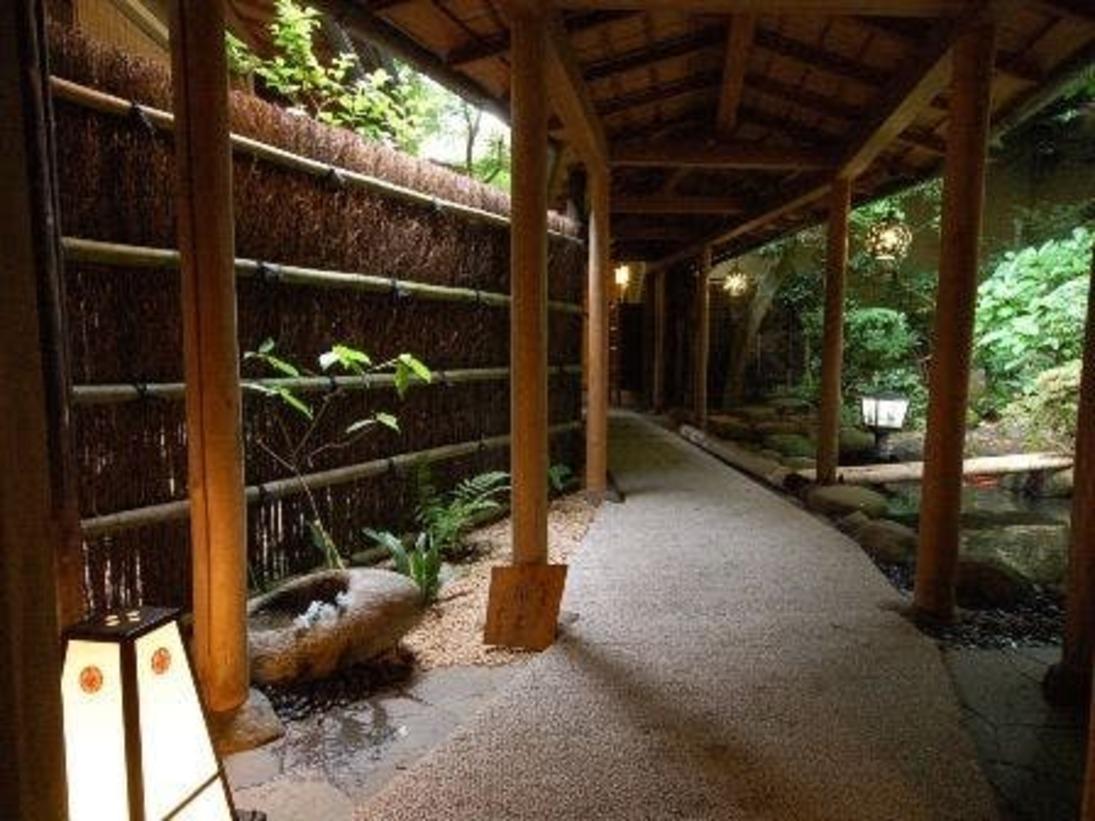 池の前を通り純和風客室『離れ』梅杏・秋水・夕陽へ