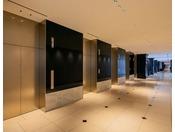 合計10基のエレベーターで待ち時間もほとんどなくスムーズに移動!