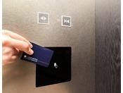 客室へはエレベータ内にお部屋のカードキーをかざしてご利用ください。