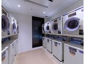 3階にコインランドリーを7台完備(宿泊者専用)【料金】 洗濯機400円/1回・乾燥機100/30分 *洗剤は自動投入です。