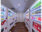 1階ロビーに自動販売機コーナーがございます。