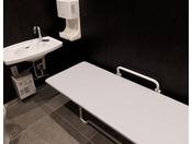 おむつ交換台が車いす用お手洗い内にもございます。