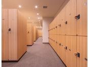 スパロッカールームロングコートも収納できるロッカーです。