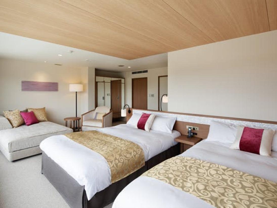 【プレミアデラックスルーム】8室限定の特別な客室。1,400mm幅のゆったりとしたベッド、快適なバスルーム、ナイトスチーマーやコーヒーメーカーなど快適で上質、そして心ほどけるリゾートステイをかなえるアイテムを揃えています。