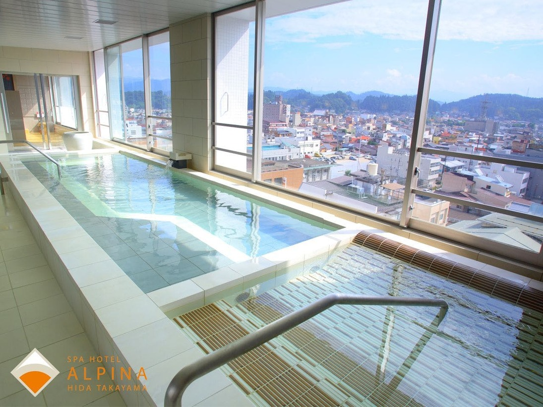 高山の町並みを一望できる大浴場(男湯からの眺め)
