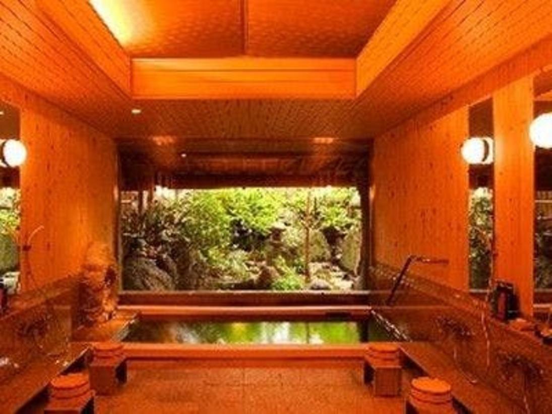 「月待ちの湯」木造りの大浴場です。
