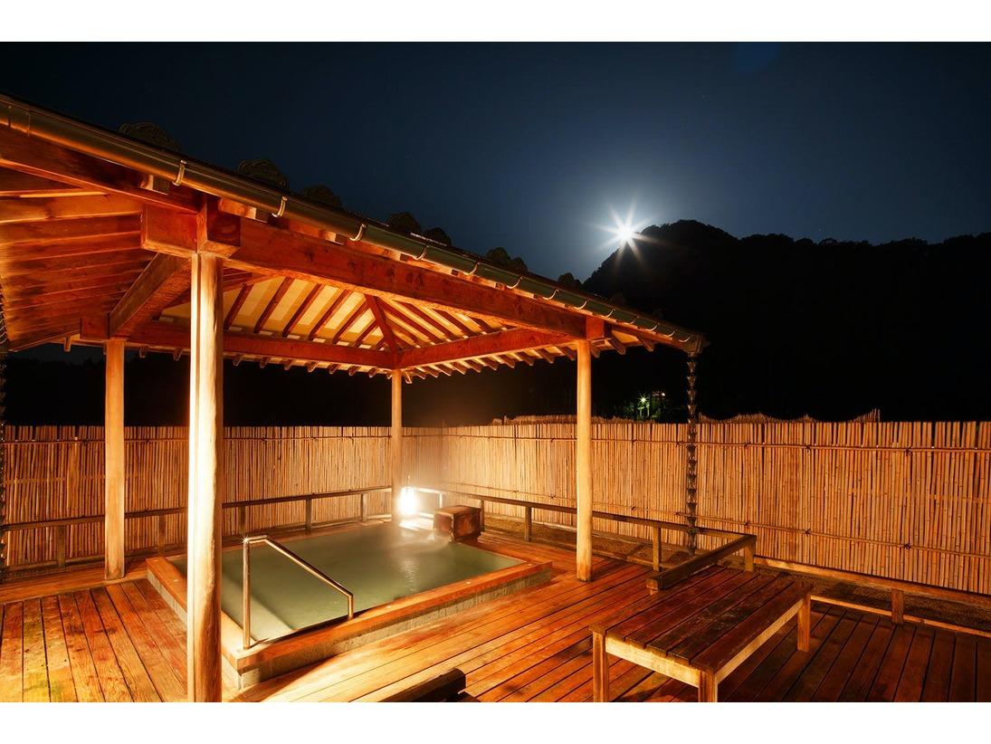 最上階にあり、檜と浴槽床は十和田石を贅沢につかいました。岩室と周辺の山々の自然を眺めながら自家温泉を満喫いただけます。■ご利用可能時間 6:00~22:00