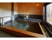 浴槽は檜の浴槽、自家源泉をお楽しみいただけます。利用時間 / 15:30~22:00料金 / 1回1時間 2,000 円(税別)ご利用に際しては、ご予約時にお申し込み下さい。