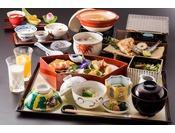 『一汁七菜』をコンセプトとした月替わりの和定食。目の前で炙る干物や島根名物を朝から贅沢にご堪能頂けます。