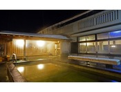 露天風呂には、檜(ぬるめ)と鉄平石(熱め)の2種類の浴槽をご用意しています。