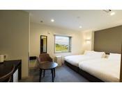 ツインルームはベッドをつなげて利用することも可能。トータルで220cm幅となります。