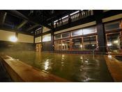 自慢の内風呂。樹齢600~1000年のヒバの梁と柱。木々のぬくもりを体感したください。