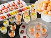 【クラブラウンジ】*アフタヌーンティー 料理卓*カラフルなデザートにウキウキ♪優雅なティータイムを。