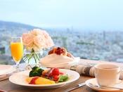 【クラブラウンジ】*朝食 テーブル席*東側に窓があるので、朝の日差しがここちよく降り注ぎます。朝の目覚めもすっきり!