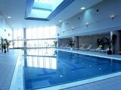 【プール】営業時間7:00am~9:00pm 屋内プールなので天候を気にせず一年中楽しめる。