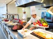 【ザ・テラス】*イメージ*オープンキッチンで出来立てのお料理を。季節ごとにテーマが異なるメニューを存分に楽しんで。