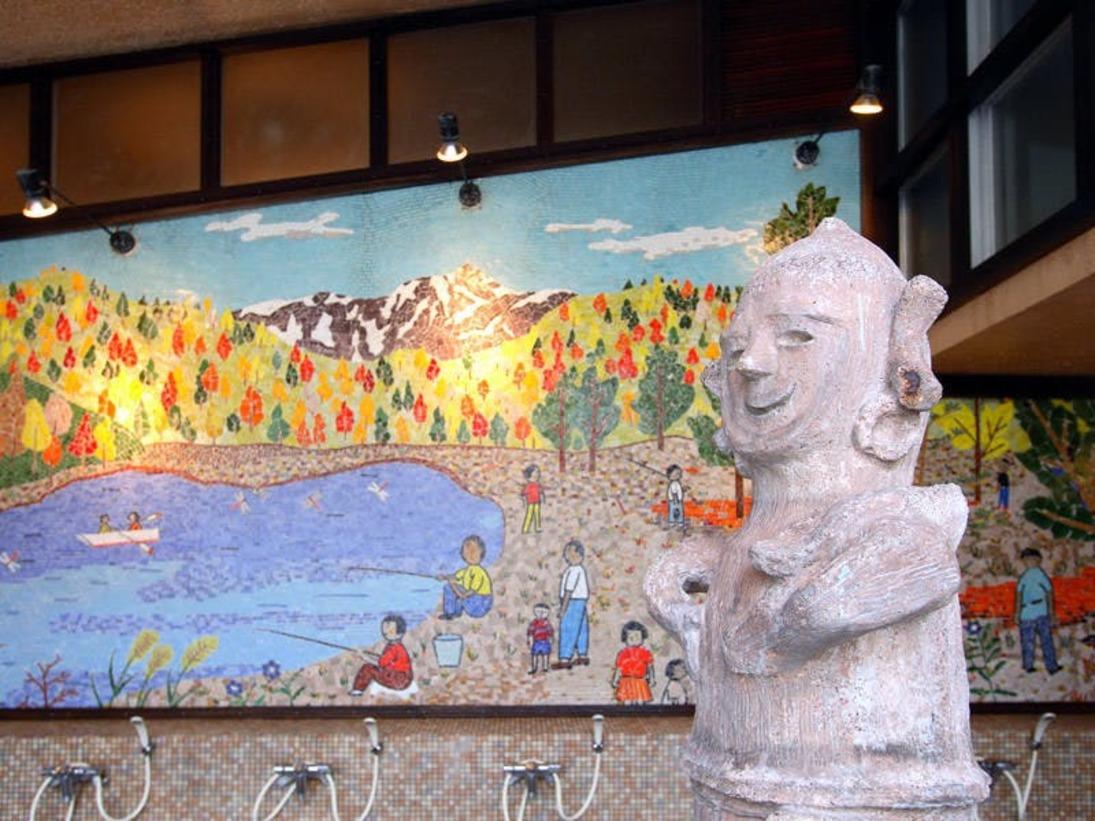 「はにわ風呂」と大壁画。日本古来より伝わる「源泉蒸し風呂」付き