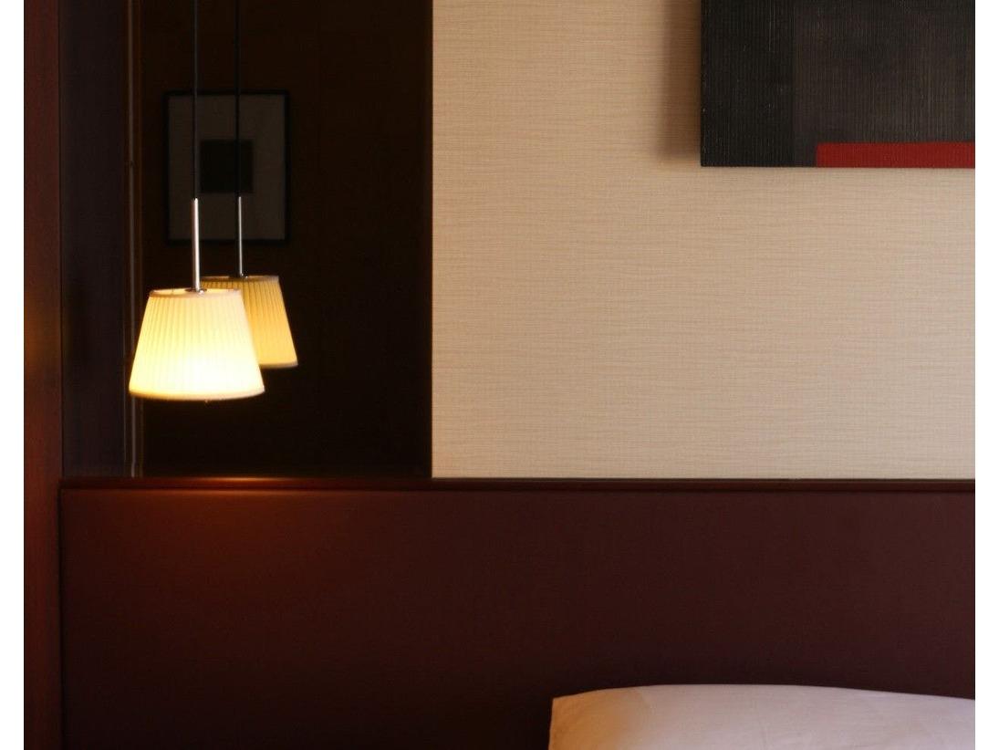 西洋と東洋の特色が融合し、木目を基調とした温かみのある客室へようこそ。