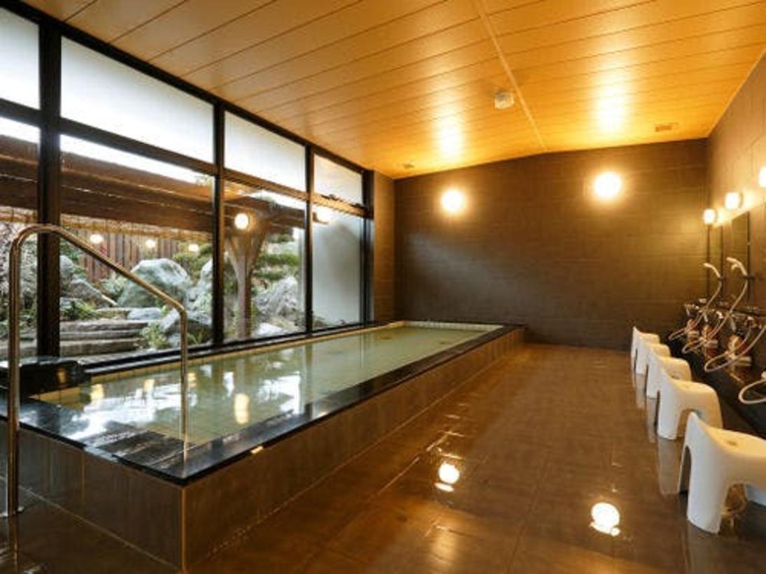 白山の伏流水を使用した湯屋。黒色がベースの男性浴場。