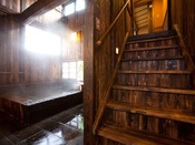 【桜】客室内から内風呂へつながる階段