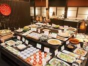 【ビュッフェ】約60種類のお料理が並びます。デザートもございます。