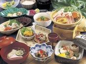 素材を大切にする日本料理。その伝統を引き継いだ料理人たちによる、本物の味がお楽しみいただける京会席コースとなっております。