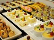 【ビュッフェ】女性に大人気のデザートビュッフェ。ケーキやシュークリーム、アイスクリーム等をご用意致しております。