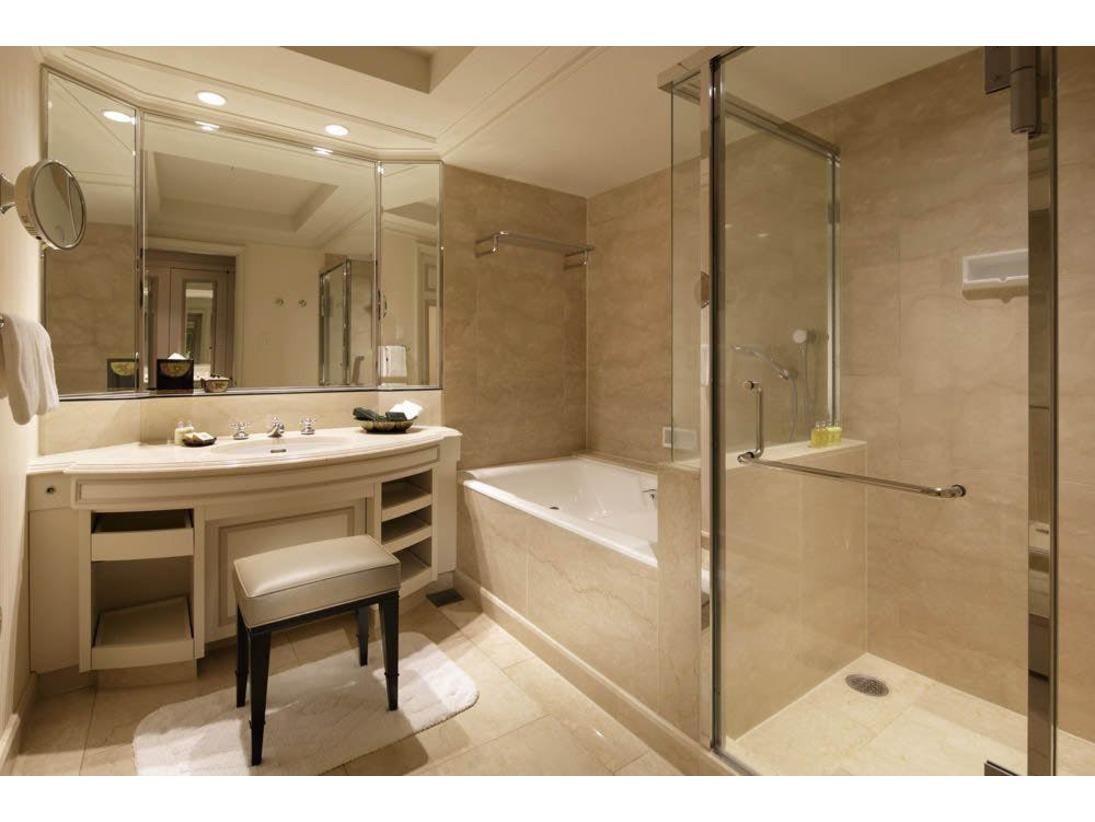 広々とした大理石を用いたバスルーム