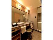 本館24階プレミアスイート バスルーム1室最大5名まで宿泊可能な特別ルーム。洗面所やバスルームも広々です。