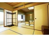 本館7階 和室。10畳と6畳の二間続きのゆったりとした客室で、最大4名様までのご宿泊が可能です。