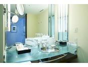 ヒーリングルームの独立洗面台。メークアップが楽しくなりそうな明るい洗面台。