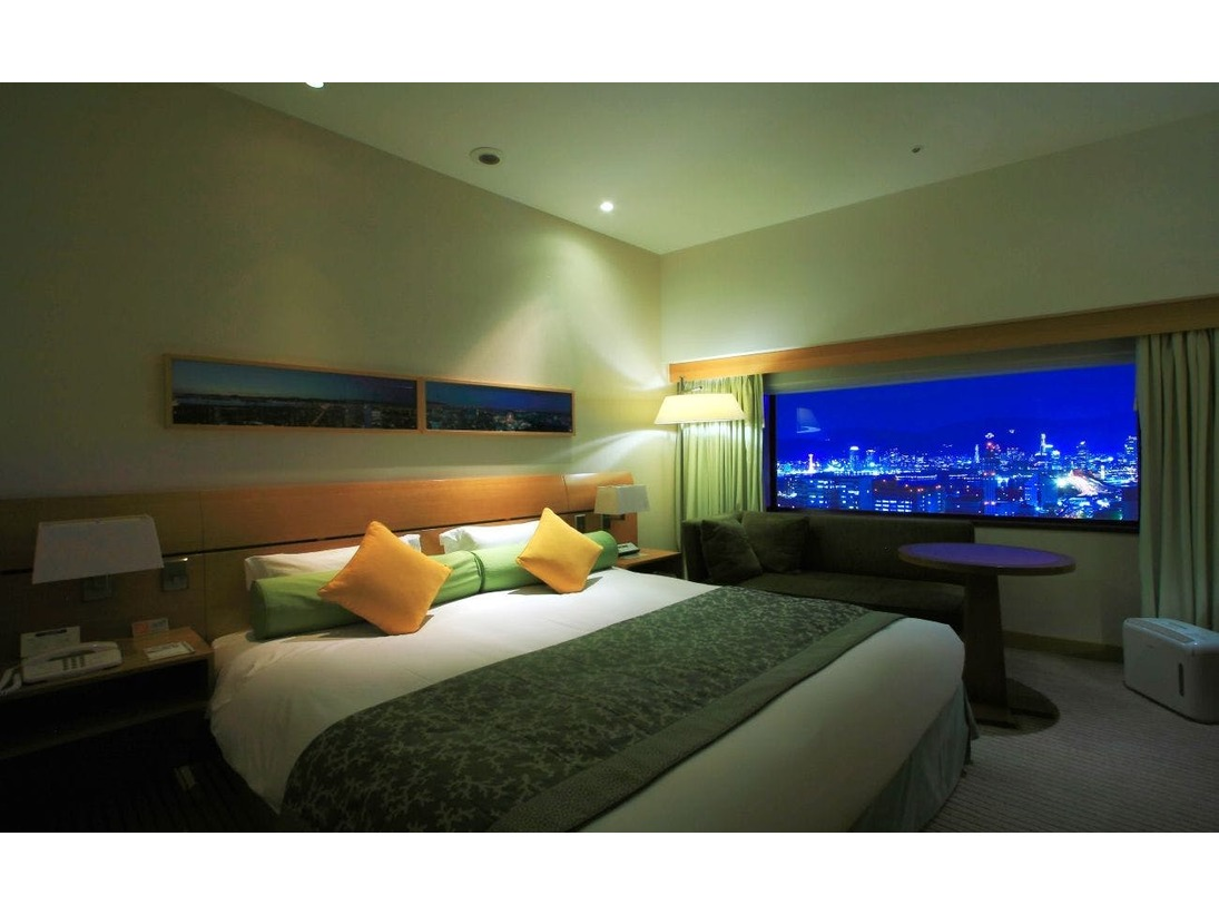 本館25~28階、エグゼクティブフロア OVAL CLUBのダブルルーム。モダンの中に温かみのある家具やリネン類、木やガラスの異素材が印象的なバスルーム。快適さと機能を追求し、洗練された空間はプライベートルームのようなくつろぎです。
