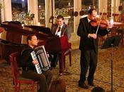 寛ぎのひとときを生演奏とともに。ホテルヨーロッパロビーに響き渡る優雅な生演奏を美しい花々や芸術品に囲まれながらお楽しみください。