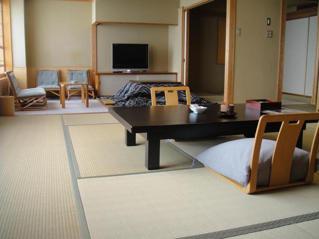 【次の間付き客室】約54平方メートルのゆったりとしたタイプは、12.5帖の本間に次の間と掘り炬燵の スペースが付いたお部屋や、10帖の本間とツインのベッドが入った和洋室があります。