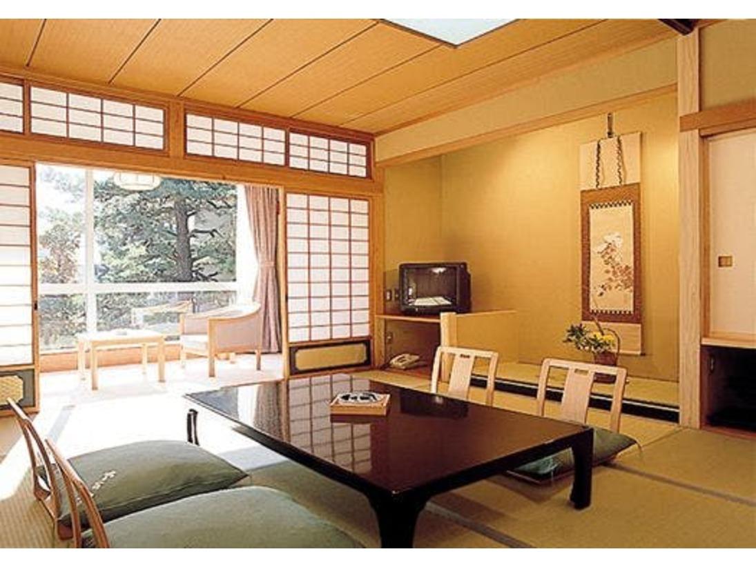 【標準客室:和室10帖+広縁】快適な滞在をお約束いたします。日本旅館の落ち着いた雰囲気をお楽しみください。