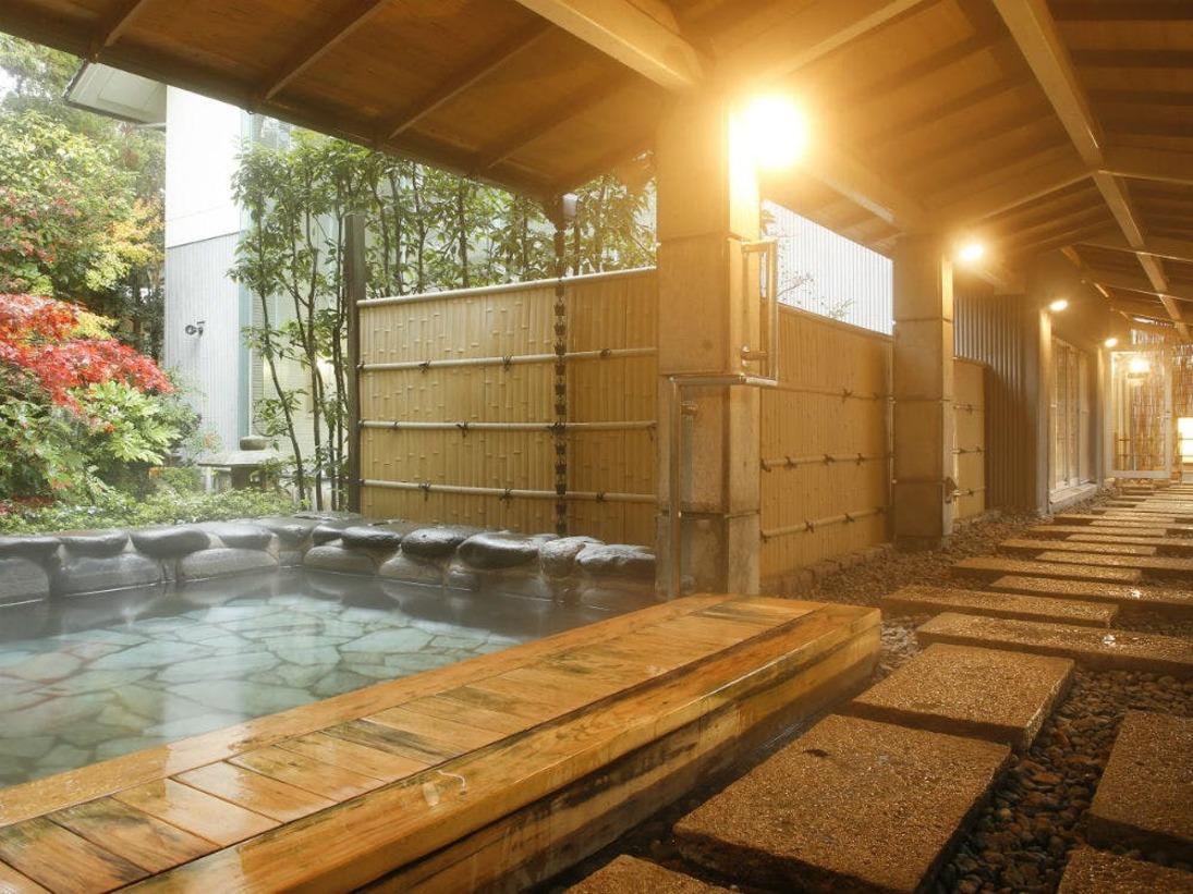 露天風呂は大浴場から続く通路で行くことができます。【男性大浴場:露天風呂】